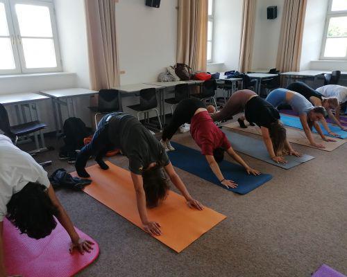 Mit Yoga entspannt in die Sommerferien